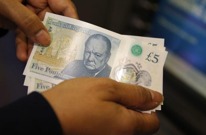 Британцы используют новую пятифунтовую банкноту для проигрывания виниловых пластинок