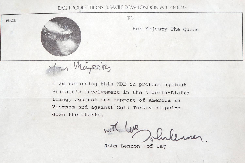 Внутри конверта для пластинки было найдено письмо Джона Леннона к королеве Великобритании 1