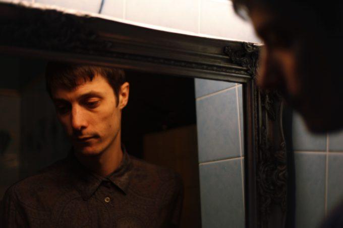 """Call Super пытается побороть темноту абстрактного техно в новом треке """"I Look Like I Look In A Tinfoil Mirror"""""""