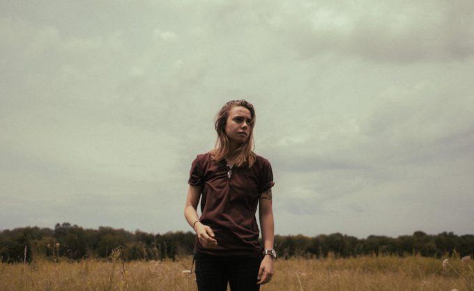 """Жюльен Бейкер теряется в лесу в клипе на сингл """"Turn Out The Lights"""""""