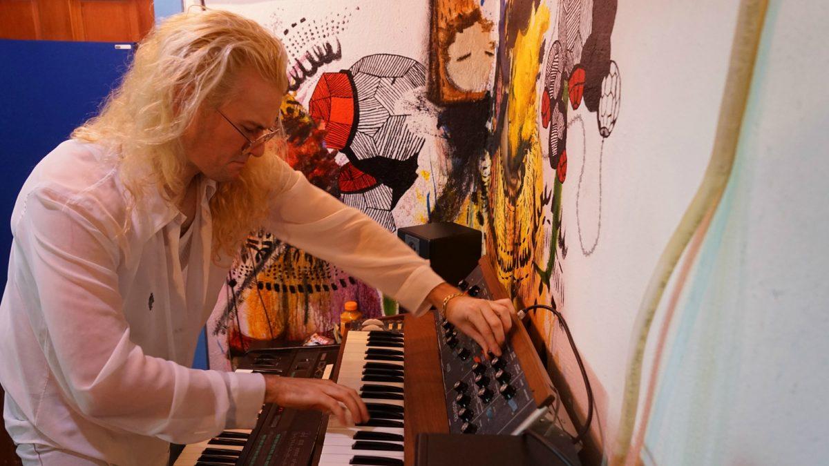 """John Carroll Kirby пытается найти человечность в технологиях в новом сингле """"Blueberry Beads"""" 1"""