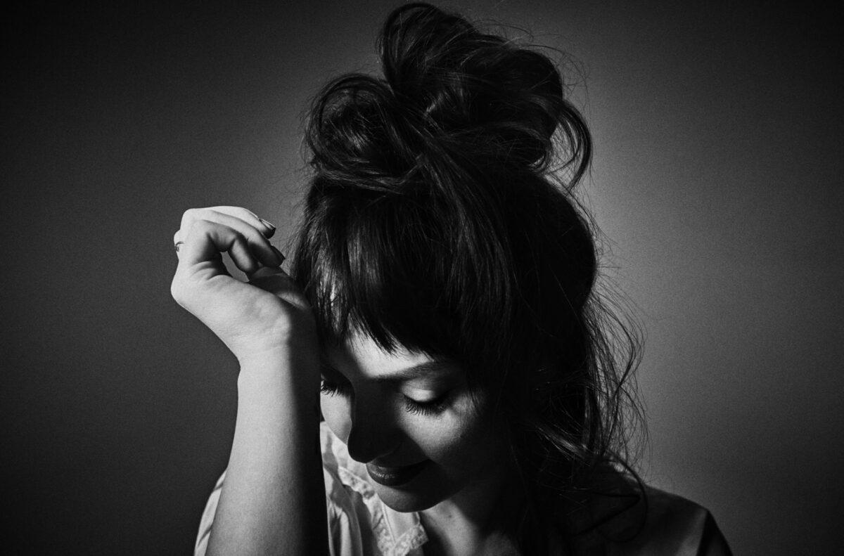 Эйнджел Олсен выпустила балладу о преодолении «Waving, Smiling» 1