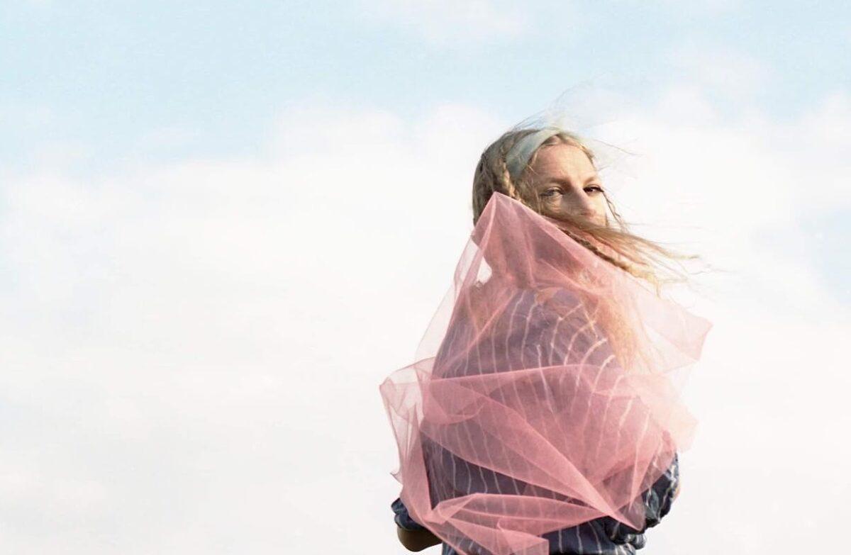"Maja Lena учится смирению на дебютном сингле ""Avalanche"" 1"