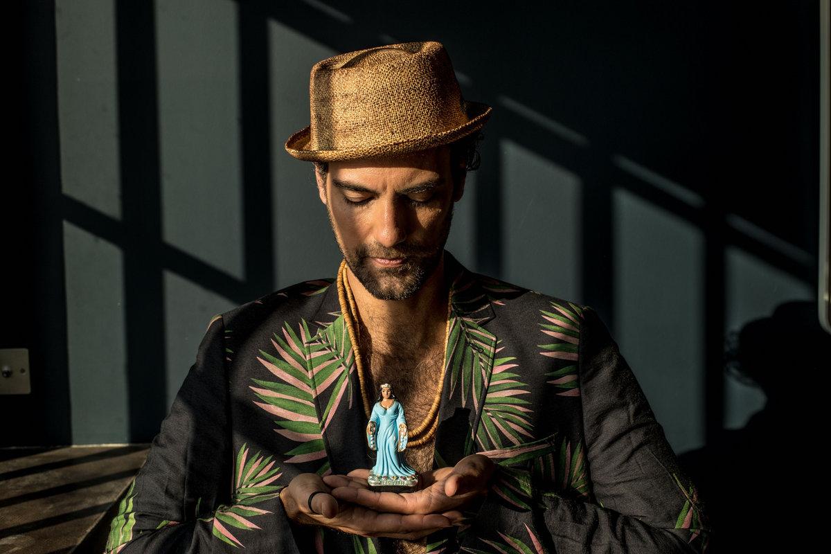 Жуан Сельва вдохновляется поп-культурой на новом видео «Cadê Você» 1