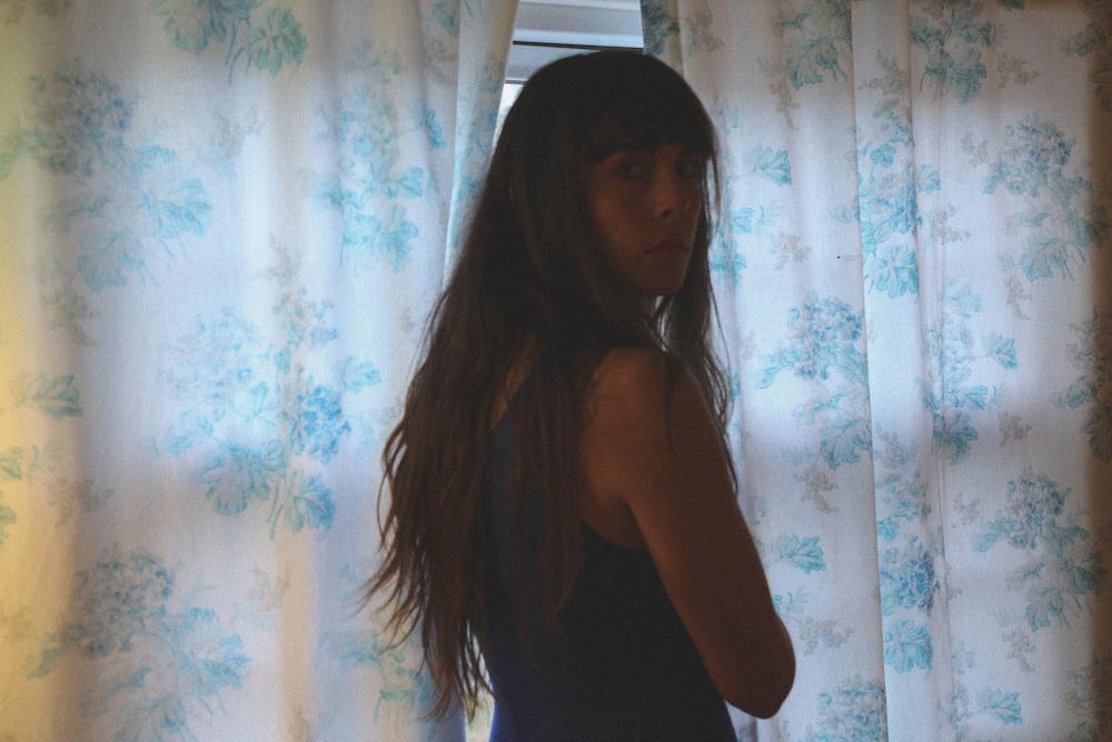 "Мади Диас смиряется с расставанием на свежем сингле ""New Person, Old Place"" 1"