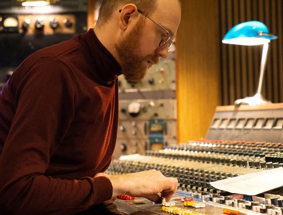 Свен Вундер наслаждается приходом весны на сингле «En Plein Air» 1