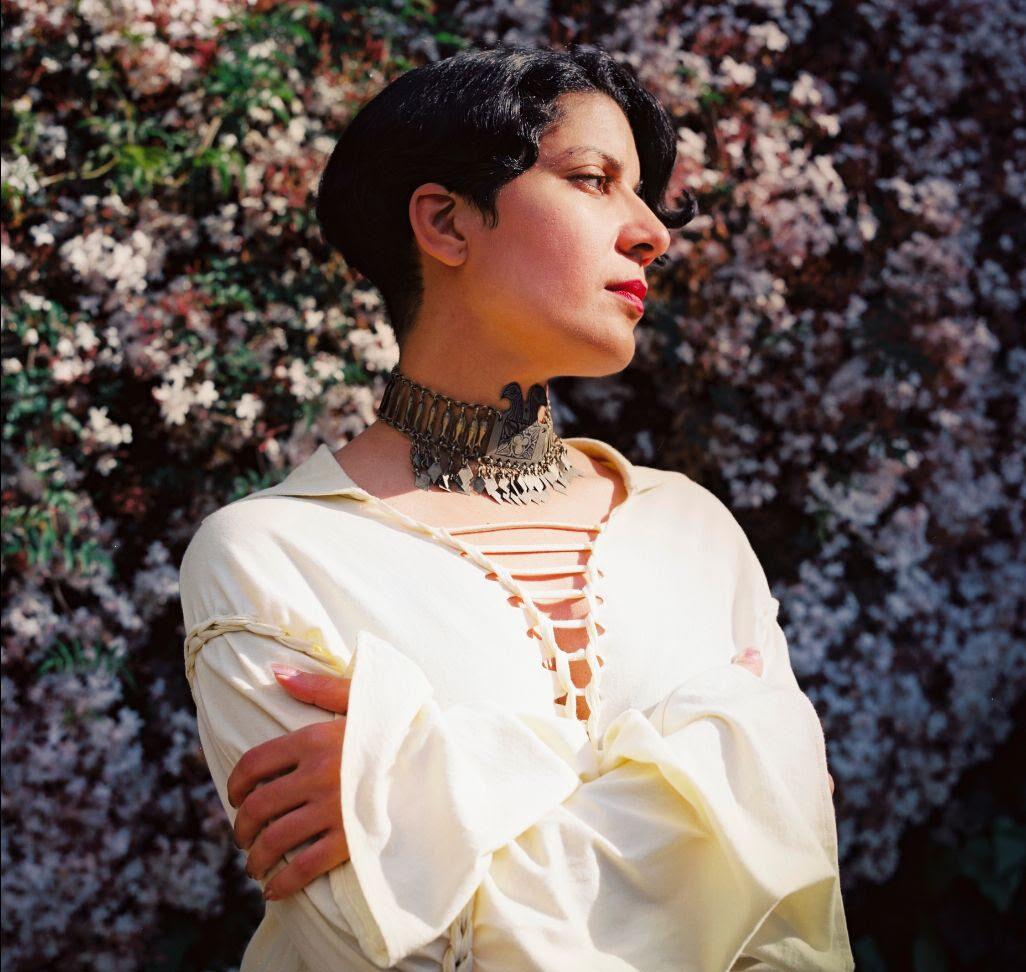 """Фатима Аль-Кадири обращается к арабской женской поэзии на новом сингле """"Malaak"""" 1"""