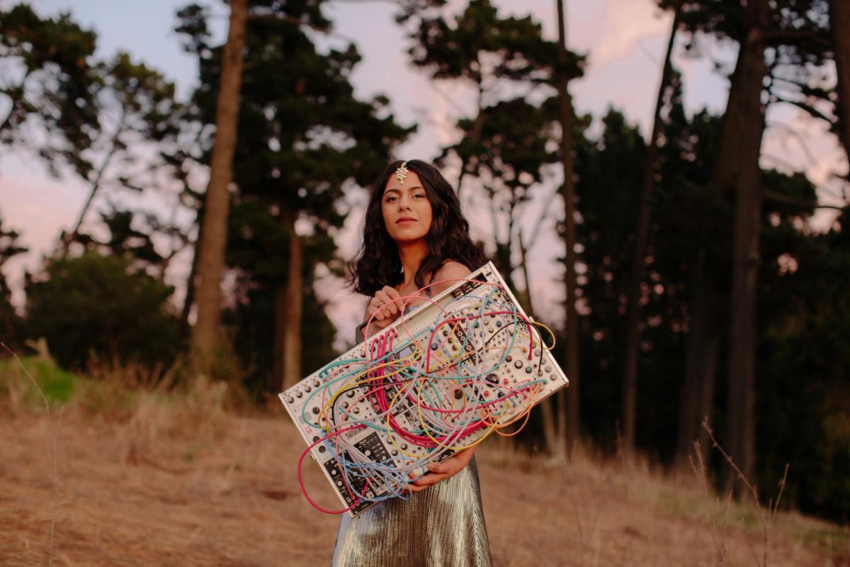 """Аруши Джейн объединяет индийские традиции и модульный синтез в свежей композиции """"Richer Than Blood"""" 1"""