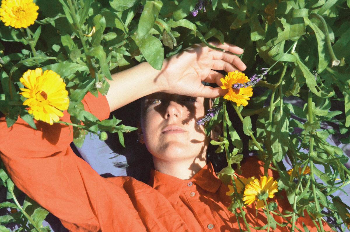 """Грейс Гиллеспи записала лиричный сингл """"All The Yellow Flowers"""" 1"""