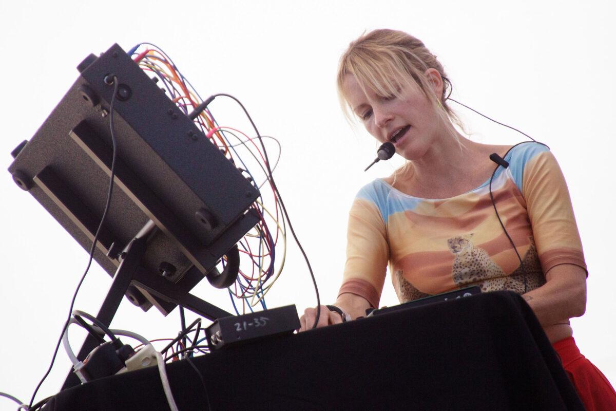 """Кейтлин Аурелия Смит и Эмиль Моссери создали совместный сингл """"Log In Your Fire"""" 1"""